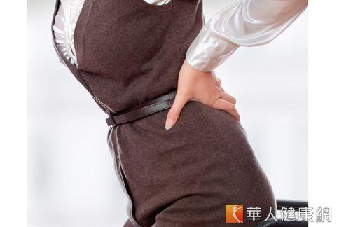 女性長期腰痛,其中成因是高跟鞋所引起,醫師建議能不穿就不穿。