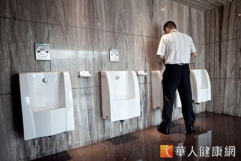 如果尿液呈現深棕色,小心可能是肝臟出現問題。(圖片/華人健康網)