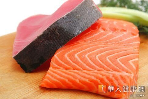 鮭魚、鮪魚等大型深海魚類,體內可能會含有較多汞,但孕婦偶爾吃並不會有太大的負面影響。