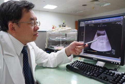 醫師藍仕凱(如圖)表示,攝護腺肥大不單是老化現象,很多患者因頻尿問題,常強忍著不敢喝水。(圖片提供/大林慈濟醫院)