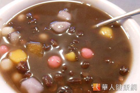 煮紅豆湯時加入生薑、龍眼乾和玫瑰花,可調整內分泌,改善因月經不調所引起的痘痘問題。(攝影/駱慧雯)