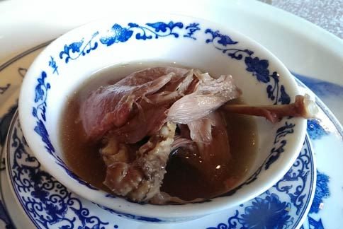 中醫師指出女性生理期吃薑母鴨,要特別注意米酒和麻油的量,以免出血過多。(攝影/羅詩樺)