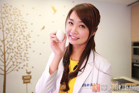 營養師趙函穎表示自製雞蛋布丁健康又安心。(攝影/賴羿舟)