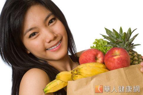 女性容易因內分泌失調而出現肌膚粗糙、老化、長痘痘等症狀,但均衡攝取高纖蔬果可幫助調整內分泌。