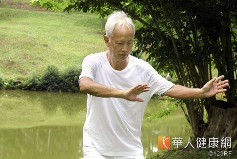 老年長輩來說,最好等太陽出來、氣溫回升後再出門運動,提防心臟病、中風急性發作。