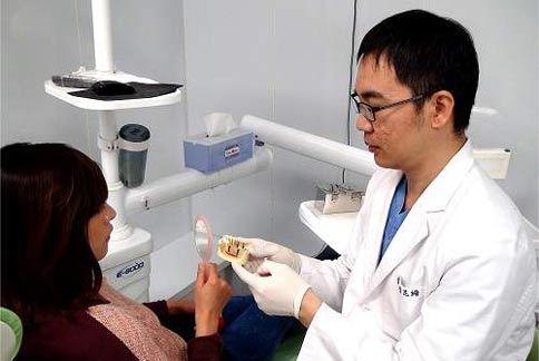 自國外引進的舒眠植牙系統,能讓患者在身心最放鬆的情況下接受手術,特色包括傷口小、疼痛少,且術後恢復較快等。(圖片提供/李昆縉醫師)