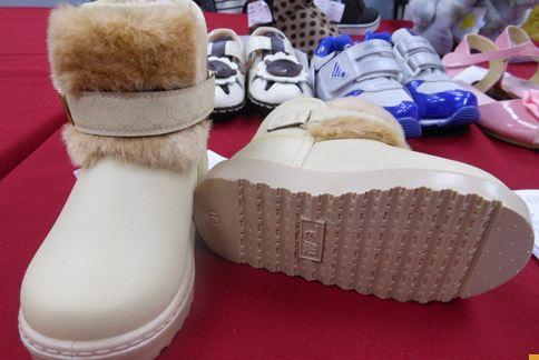 消基會和標準局聯合抽驗市售童鞋,結果發現一款由香港製造的「0101 SHOES 米白色童鞋」,塑化劑超標461倍以上,有導致兒童性早熟的疑慮。(攝影/駱慧雯)