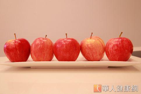 蘋果長得可愛討喜,又有諧音平安之意,是逢年過節、親友送禮常見的水果。(攝影/賴羿舟)