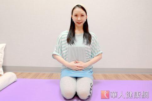 瑜珈老師唐幼馨表示,只要透過簡單的腹式呼吸,就能按摩腹部臟腑,提高代謝能力。(攝影/賴羿舟)