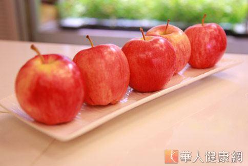 年關將屆,吃蘋果好處多,更是「平平安安」吉祥代表。(攝影/賴羿舟)