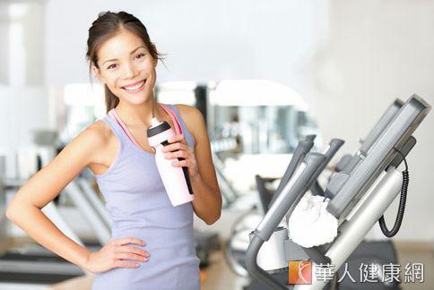 每天至少喝水2000毫升,且搭配規律的運動,是保健腸胃道功能的不敗秘訣。