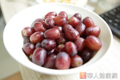 營養師表示,13顆葡萄約等於60大卡,一天只吃4~5串也才600多大卡,熱量不足。(圖片/華人健康網)