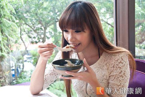 年終尾牙聚餐多,許多女性大吃大喝容易造成脂肪上身、身材走樣。