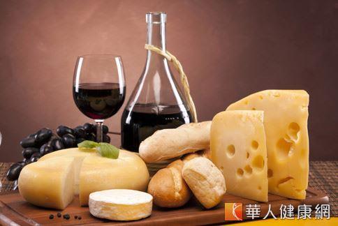 乳酪起司或使用酵母發酵的麵包中,因含有化學物質酪胺酸,過量攝取可能刺激血管收縮和擴張,導致頭痛反應。