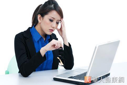 上班族因用腦過度和生活飲食不正常,容易有偏頭痛的情況產生。