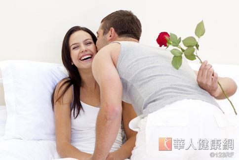 情侶熱戀時,血液中的神經生長因子濃度也會提高,還有助減少壓力。