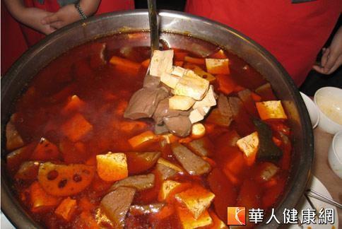 火鍋料理中,鴨血已成為老饕必點食材,不過調查發現,散裝鴨血「混血」情況相當嚴重。(圖片/本站資料照片),