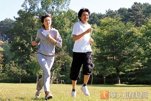 這幾年受到健康意識抬頭、歐美人士提倡等因素,國人開始崇尚能鍛鍊體能、挑戰自我的路跑活動,也因此讓路跑風潮在台灣大肆盛行。