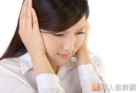 上班族工作壓力大且經常固定姿勢,容易因肩頸肌肉僵硬而導致緊縮性偏頭痛。