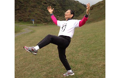 第二招,馬仰人翻忙補錯,這動作為平衡訓練,是單腳站立的進階版。(圖片/簡文仁物理治療師提供)