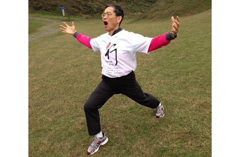 第四招,馬到成功四方賀,轉動身體的動作,有助強化腰背肌力。(圖片/簡文仁物理治療師提供