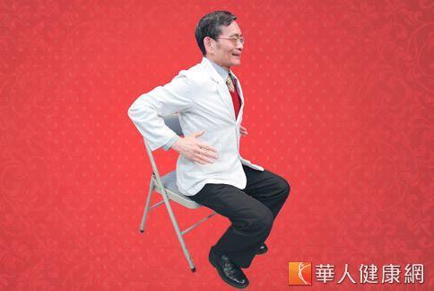 做胸前鼓掌護心操時,上臂應儘量向後縮,擴大胸腔的吸氧量。(攝影/賴羿舟、動作示範/簡文仁物理治療師)