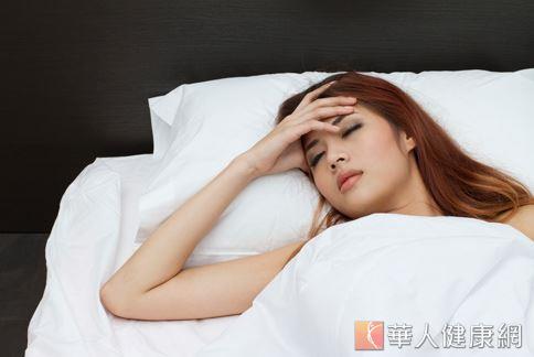 坊間流行光靠睡覺就能瘦的減重法,主張充足的睡眠可刺激瘦體素分泌,達到抑制食慾和幫助減重的效果。