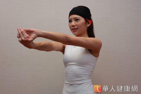 step3:右手大拇向下向右邊扭轉,左手抓住右手5指。(示範:Sisii 老師;攝影/江旻駿)