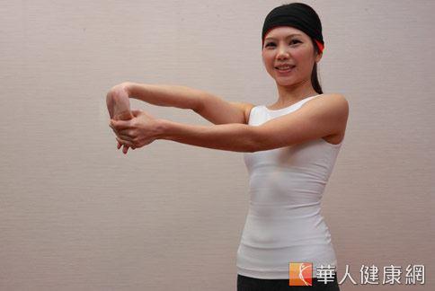 step2:左手抓住右手5指,拇指推向手背。(示範:Sisii 老師;攝影/江旻駿)