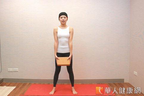 step1:雙腳張開與肩同寬,臉正視平。(示範:Sisii 老師;攝影/江旻駿)