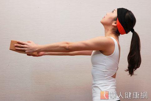 step3:吸氣,雙手抬高至胸前,頭後仰。(示範:Sisii 老師;攝影/江旻駿)