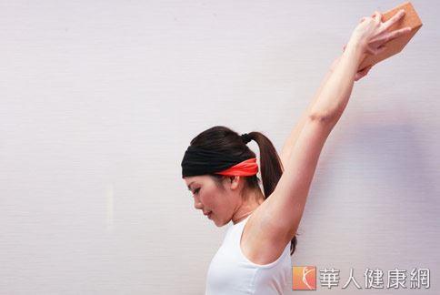 step4:吐氣,促進上肢氣血循環。(示範:Sisii 老師;攝影/江旻駿)