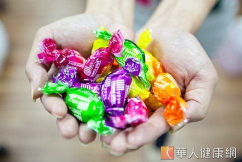 糖果零食十分誘人,但是吃多了不但易胖還會對健康造成危害。(圖片/華人健康網)