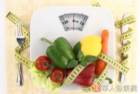 許多人在過年期間暴飲暴食,增加腸胃負擔,營養師建議年後落實均衡飲食的原則,有助於整腸減重。