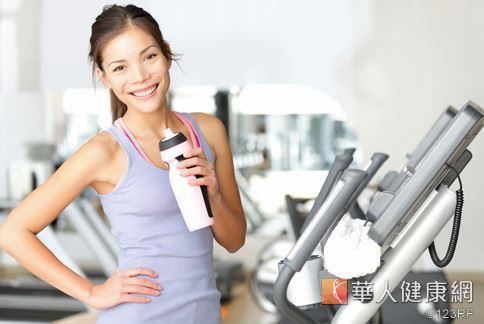 運動時不可飲用酒精飲料,血管易擴張、易導致體溫過低。