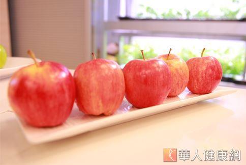 蘋果皮中的熊果酸成分能提升肌肉及棕色脂肪的含量,促進身體燃燒熱量,有助減重。