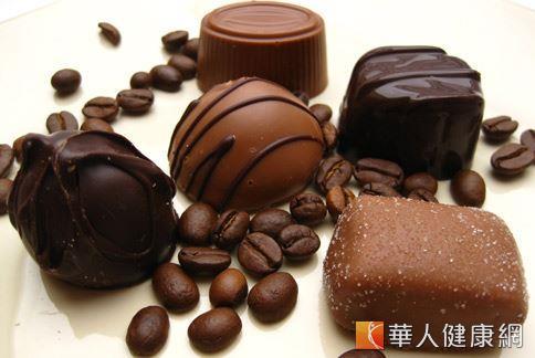 市售巧克力因製作過程常添加反式脂肪和大量糖份,不僅容易造成肥胖,也可能危害心血管健康。