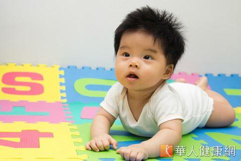 爬行可以訓練寶寶的身體肌肉,提供手撐地的觸覺刺激,促進手眼協調。