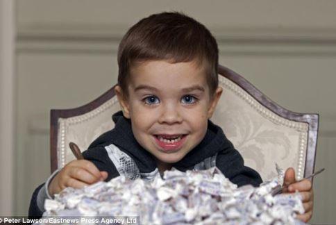 因為罹患罕見消化方面的腸炎,3歲小男孩只有對薄荷糖果不會過敏。(圖片/取材自英國《每日郵報》)