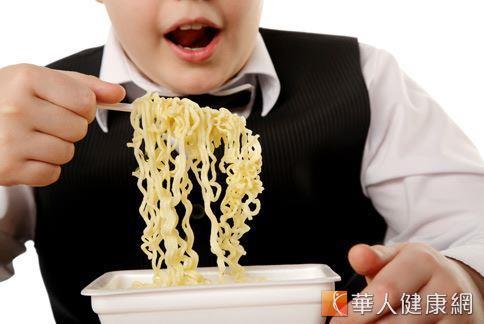泡麵等即食食品是許多中小學生的最愛,但其暗藏的高鈉含量卻可能影響智力發展和骨骼健康。