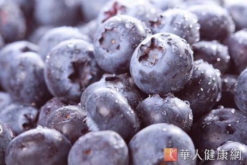 美國農業部實驗發現,藍莓所含的豐富花青素,具有抗自由基和感染源,進而保護腦部的作用。