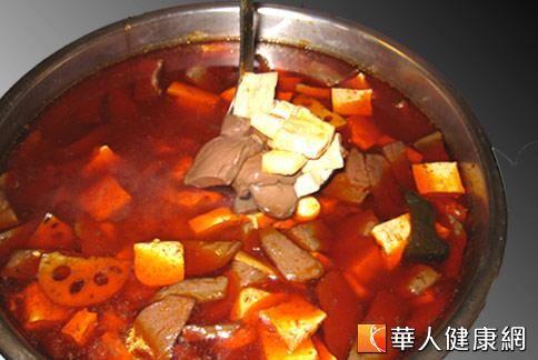 知名麻辣鍋店宣稱湯頭取材自天然食材,卻又傳出使用市售的濃縮雞湯塊提味。本麻辣鍋僅為示意圖,非事件中的業者所販售。