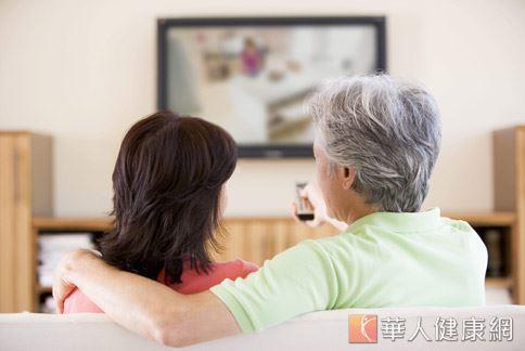研究發現,吃飯時分心看電視,容易刺激食慾,降低飽足感,讓人不知不覺中攝取過多食物和熱量。