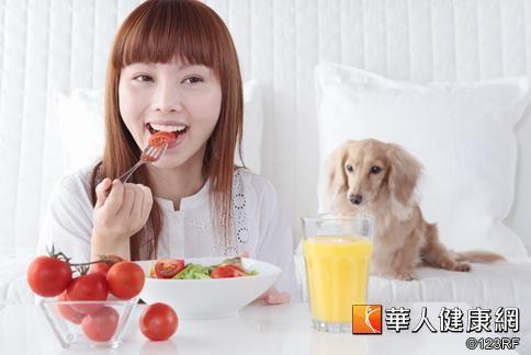 董氏基金會提醒,想減重或是維持健康體位,最簡單的第一步就是專心吃飯。