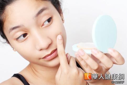 手臂、大腿、臉頰等部位常有如粉刺般的白色突起?注意!可能是「毛囊角化症」所引起。