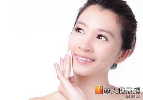 建議民眾在使用酸類成分的藥物、保養品後,一定要注意加強肌膚的保濕,才能減少肌膚紅腫、脫皮發生的可能。