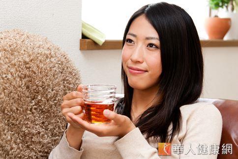 許多人嘗試喝茶飲消除多餘體脂肪,但中醫師提醒根據不同的藥材屬性,消脂茶飲也有餐前和餐後的飲用差別。