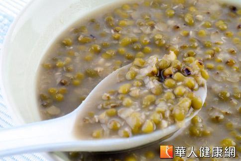 綠豆具有清熱解毒的作用,和薏仁搭配熬煮,特別適合做為夏天減重之用。
