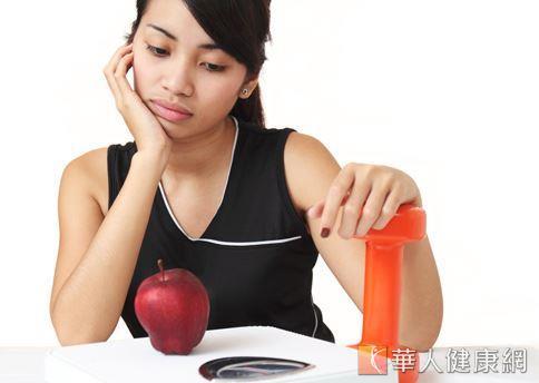 為了提升減重的效果,許多女性採行蘋果減重法,但營養師認為蘋果的營養素不足以供應人體每日所需,建議避免。