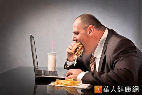 上班族三餐老是在外,在長期營養不均衡的情況下,身體容易出毛病。